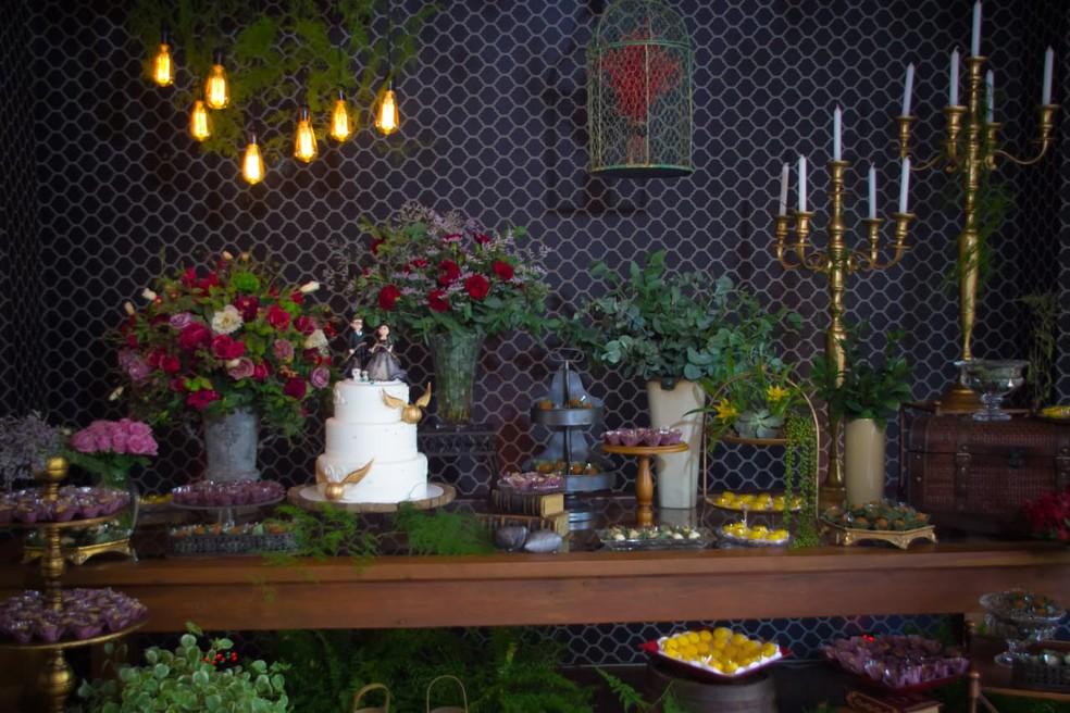 No bolo e na mesa de doces, tudo no clima de Hogwarts. — Foto: Fabio Ozuna/Reprodução