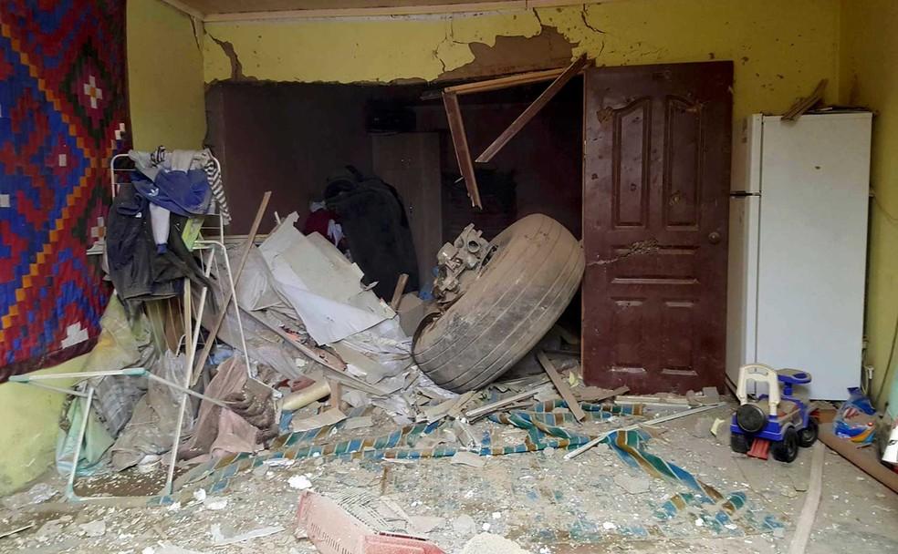 Casa ficou danificada na queda de avião no Quirguistão, nesta segunda-feira (16) (Foto: Radio Free Europe/Radio Liberty/Handout via Reuters)
