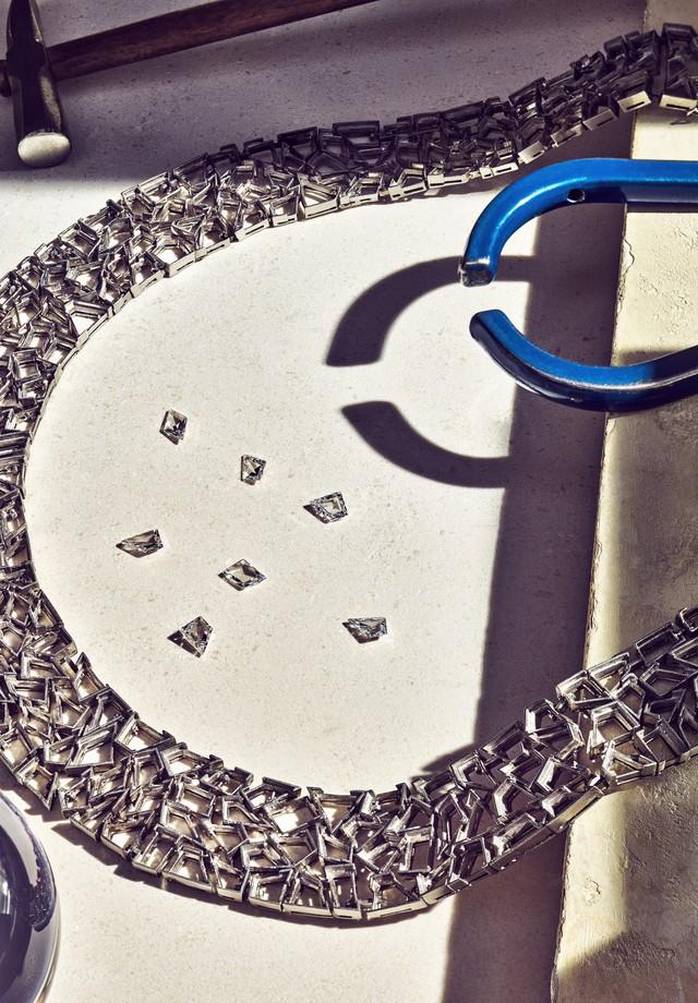 Detalhe do processo de construção de um dos colares da coleção (Foto: Divulgação)