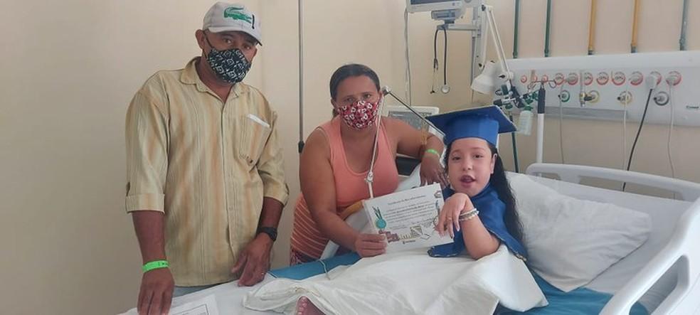 Lelê, ao lado dos pais, na formatura do ABC — Foto: João da Paz/Ascom Trauma CG