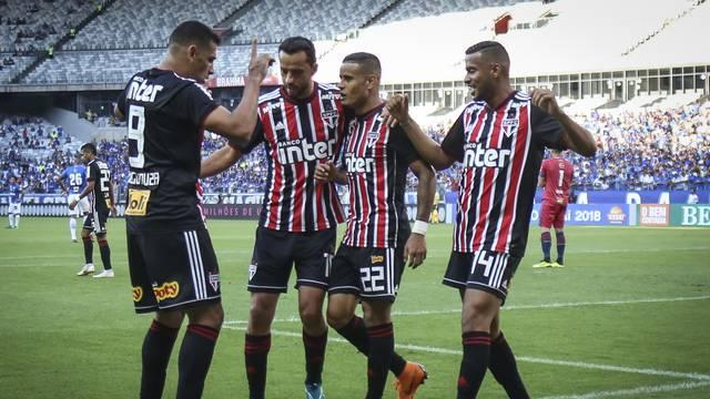 Diego Souza comemora o primeiro gol com os companheiros