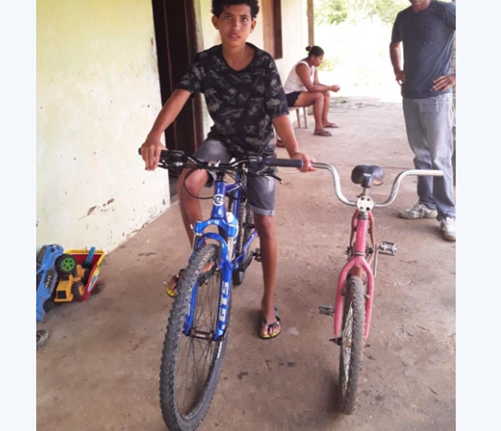 Márcio Vitor com a bicicleta nova e a antiga na casa onde mora, no distrito de Feira de Santana, na Bahia — Foto: Arquivo Pessoal
