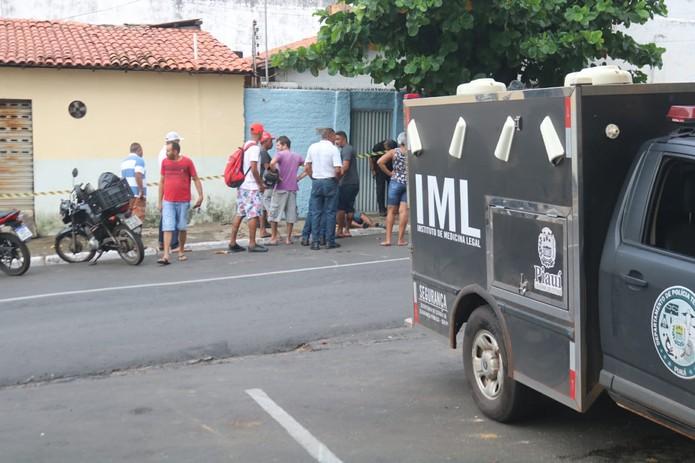 IML compareceu ao local para fazer a remoção do corpo — Foto: Glayson Costa /G1 PI