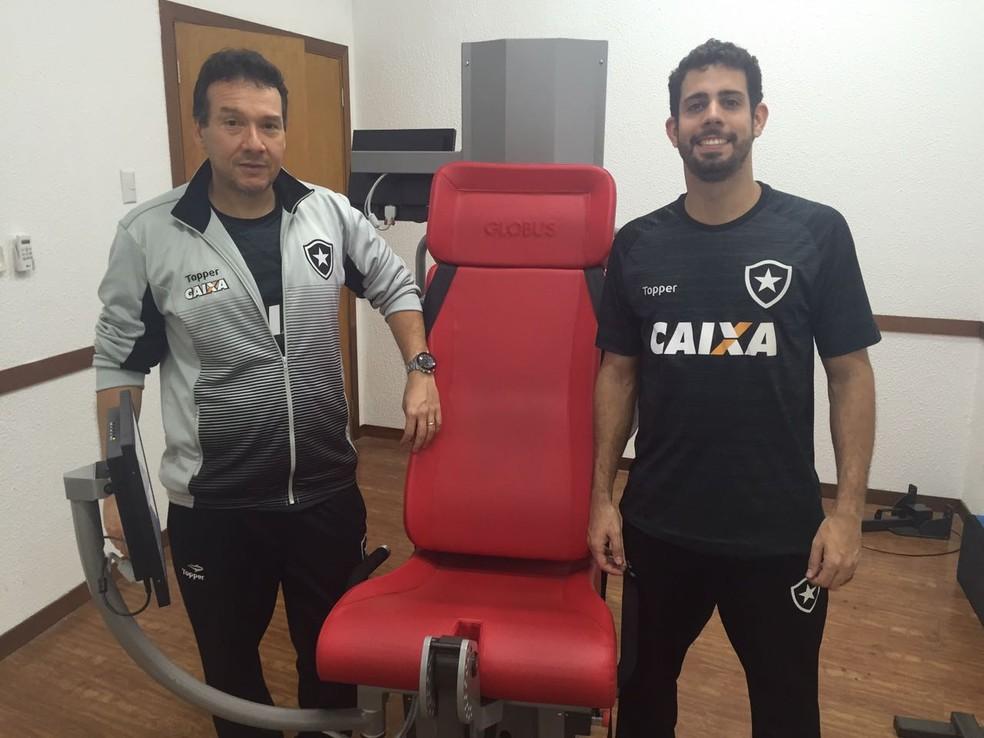 Manoel Coutinho e Lucas Ometto ao lado do Kineo, aparelho de última geração (Foto: Thiago Lima)