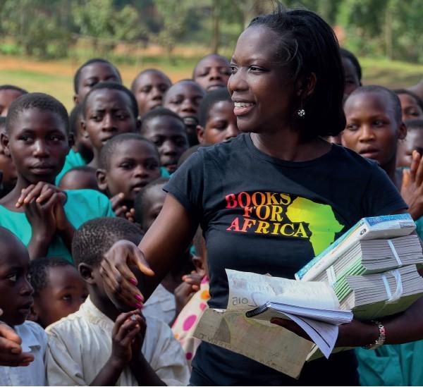 Agnes distribui livros para crianças em Uganda (Foto: .)