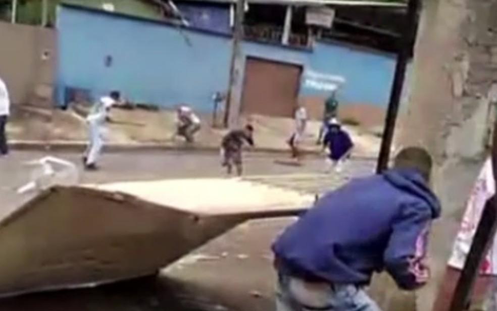 Briga entre torcidas de Goiás e Vila Nova em Aparecida de Goiânia segundo Polícia Militar — Foto: Reprodução/TV Anhanguera