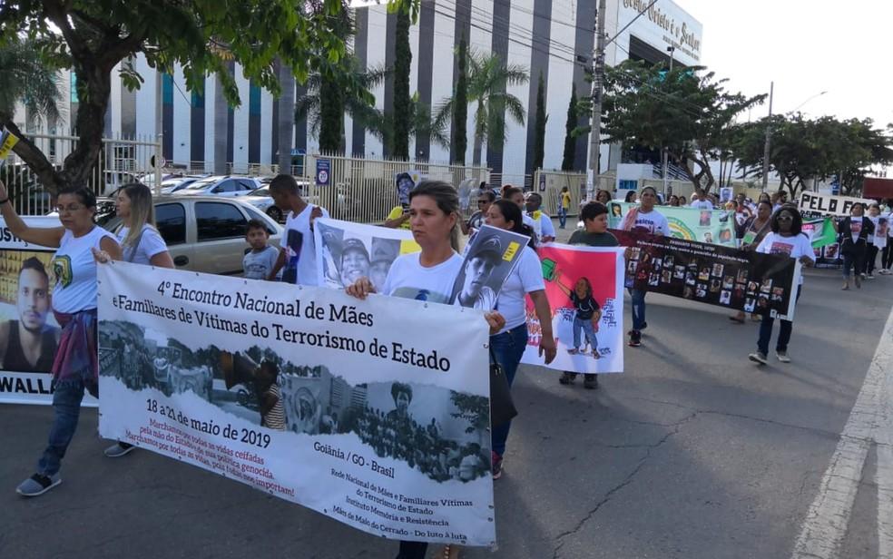 Manifestantes participam de ato contra violência, em Goiânia, Goiás — Foto: Sílvio Túlio/G1