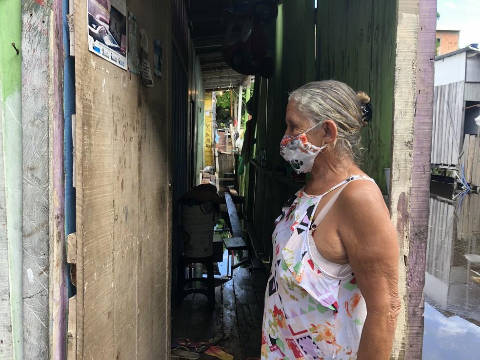 Aposentada divide a casa com dois filhos e com a água, agora.  — Foto: Matheus Castro/G1