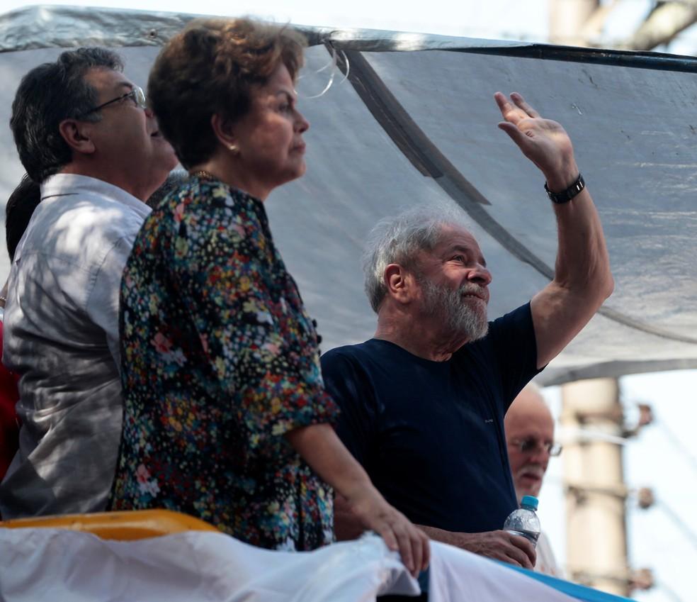 Ex-presidentes Lula e Dilma participam de homenagem a Marisa Letícia na frente do sindicato dos metalúrgicos do ABC — Foto: Leonardo Benassatto/Reuters