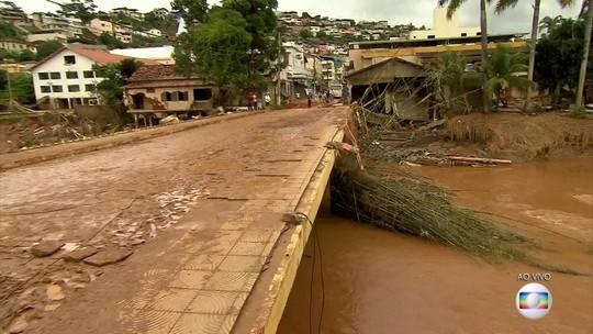 Cinco dias após enchente em Rio Casca, moradores ainda retiram lama de imóveis