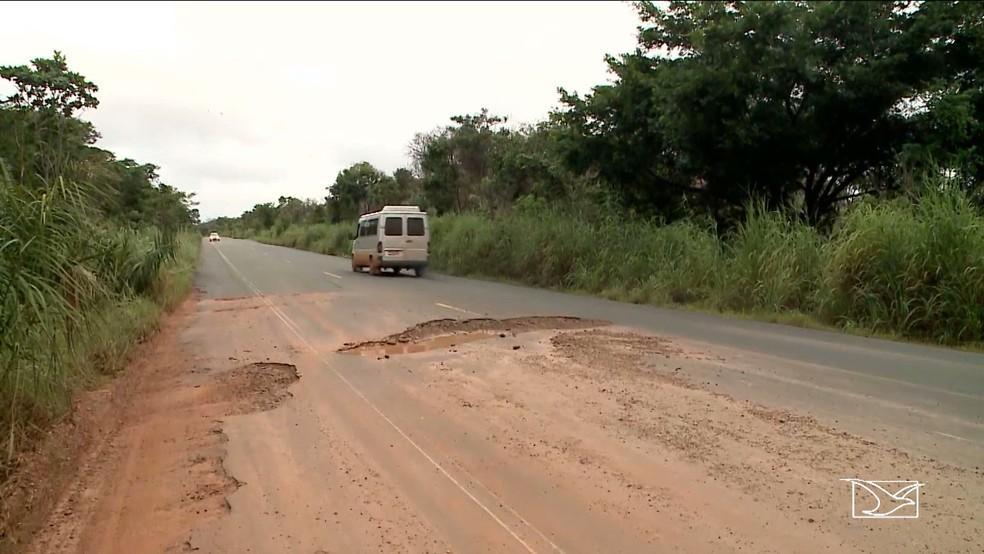 Buracos na MA-280 se concentra entre as cidades de Montes Altos e Sítio Novo (Foto: Reprodução/TV Mirante)
