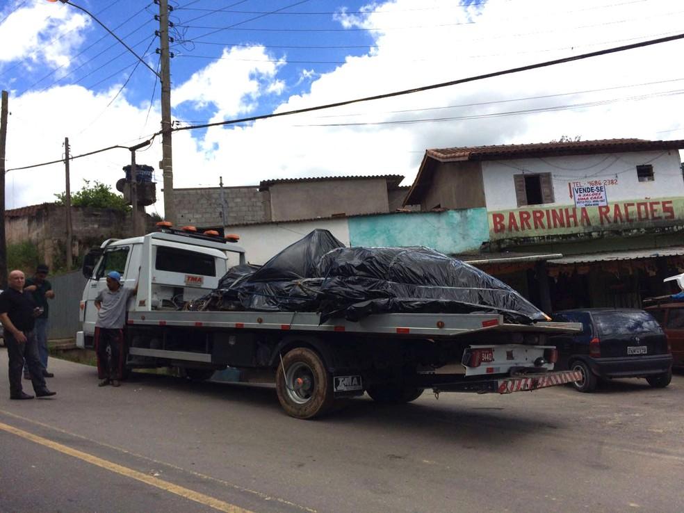 Destroços do helicóptero foram recolhidos nesta segunda-feira com ajuda de um pequeno caminhão (Foto: Tahiane Stochero/G1)