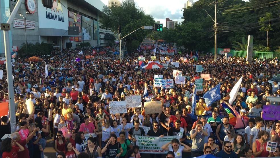 Protesto reuniu milhares de pessoas em Natal — Foto: Heloísa Guimarães/Inter TV Cabugi