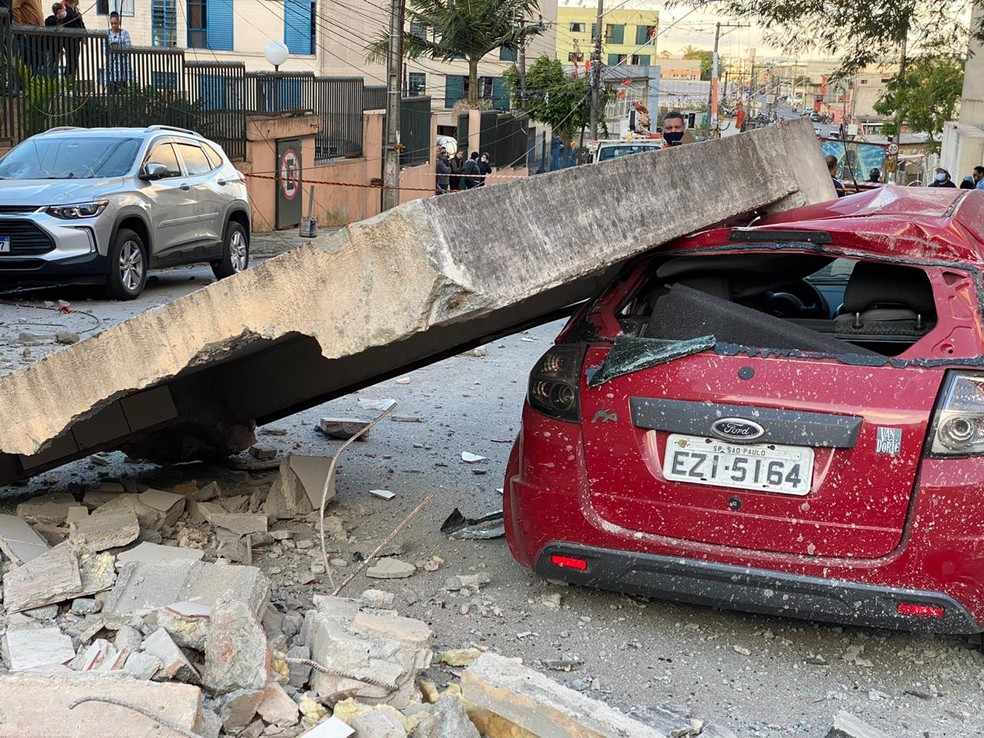 Carros foram danificados pelo desabamento de uma caixa d'água em Diadema, Grande SP, neste domingo (23) — Foto: Abraão Cruz/TV Globo