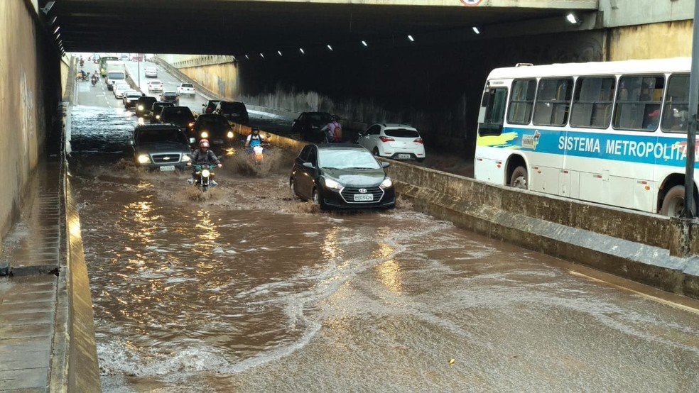 Túnel no bairro da Cohab com congestionamento e alagamento após a chuva  — Foto: Douglas Pinto/ TV Mirante