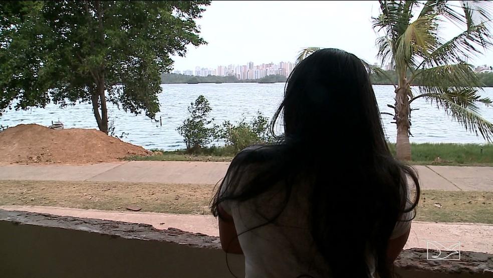 Analista financeira Rayame Silva mora ao lado da Lagoa da Jansen e diz se incomodar bastante com o fedor. — Foto: Reprodução/TV Mirante