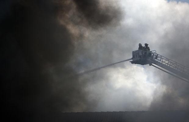 Bombeiros combatem incêndio nesta sexta-feira (31) em hotel em Houston, no Texas (Foto: AP Photo/Houston Chronicle, Cody Duff)