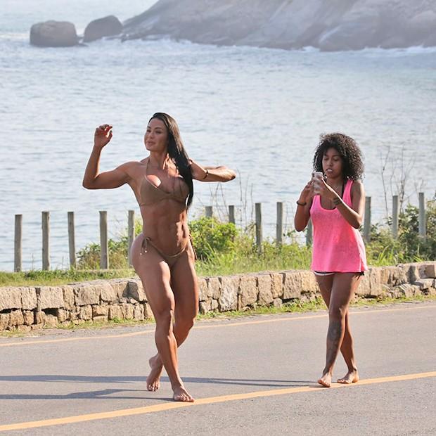 Graciane Barbosa tira fotos com a irmã, Giovanna Jacobina (Foto: AgNews)