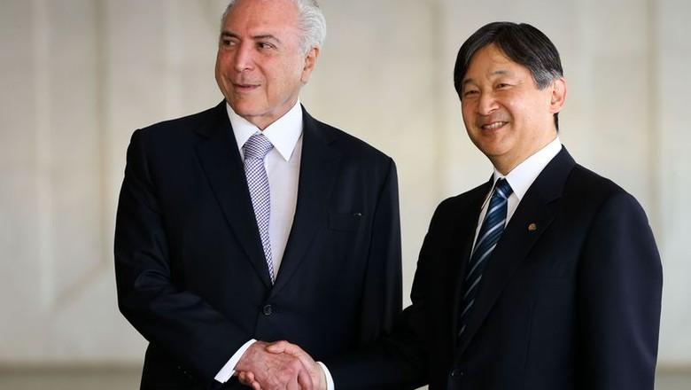O presidente Michel Temer cumprimenta o príncipe herdeiro do Japão, Naruhito, na abertura oficial do 8º Fórum Mundial da Água (Foto: Marcelo Camargo/Agência Brasil)