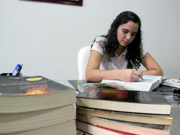 Malu mantém foco nos estudos para realizar sonho de se tornar diplomata (Foto: Jamile Alves/G1 AM)