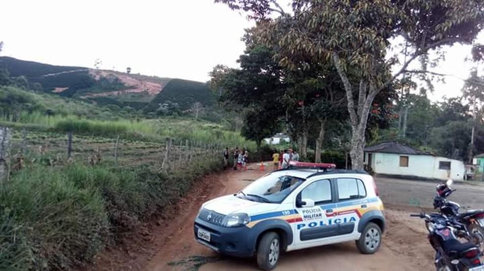 Corpo da idosa foi encontrado em estrada rural em Fervedouro (Foto: Paulo Roberto da Rádio/Divulgação)