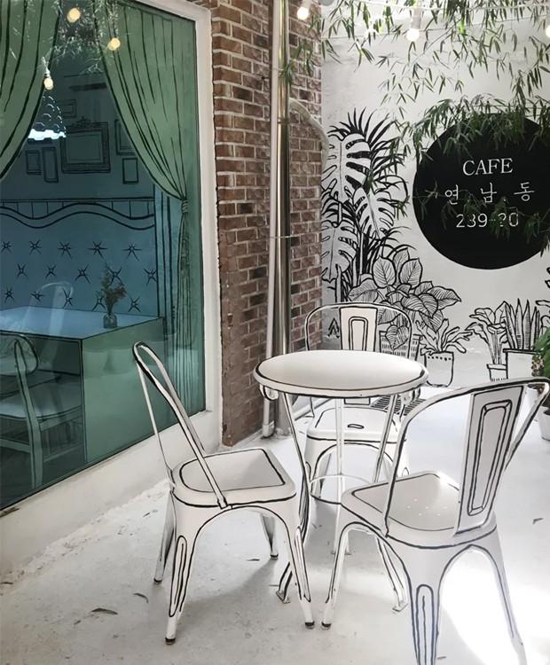 Algumas plantas do lado de fora dão vida ao ambiente (Foto: Café Yeonnam-dong/ Reprodução)
