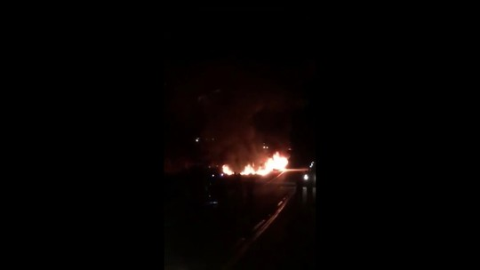 Ônibus pega fogo na BR-262 próximo a Ibiá; veja vídeo