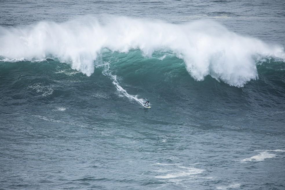 Ollie Dousset é o primeiro surfista amputado a surfar em Nazaré — Foto: Ana Catarina