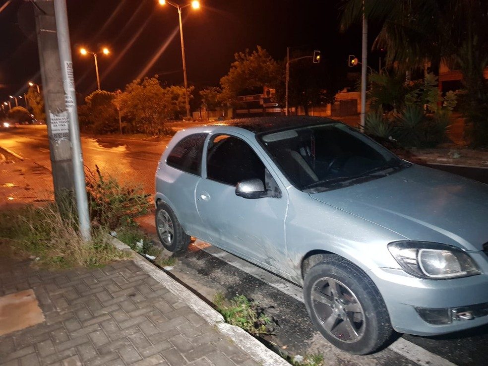 Veículo usado pelo grupo teve os vidros danificados durante a troca de tiros, em Fortaleza — Foto: Rafaela Duarte/SVM