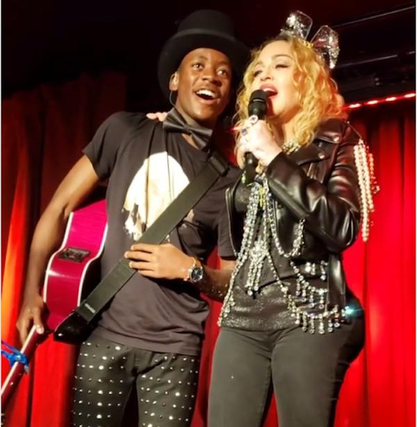 A cantora Madonna na imagem que levantou a possibilidade de implante no bumbum, feita durante show da artista em Nova York na companhia do filho dela (Foto: Instagram)
