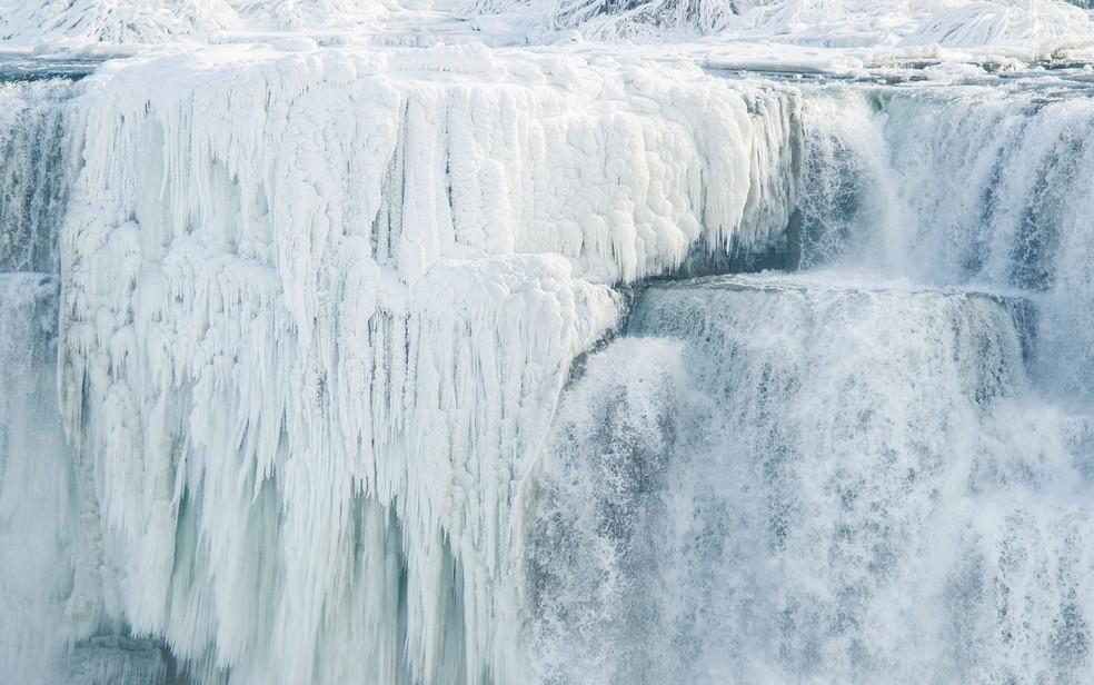 Até as Cataratas do Niagra congelaram (Foto: Geoff Robins/AFP)