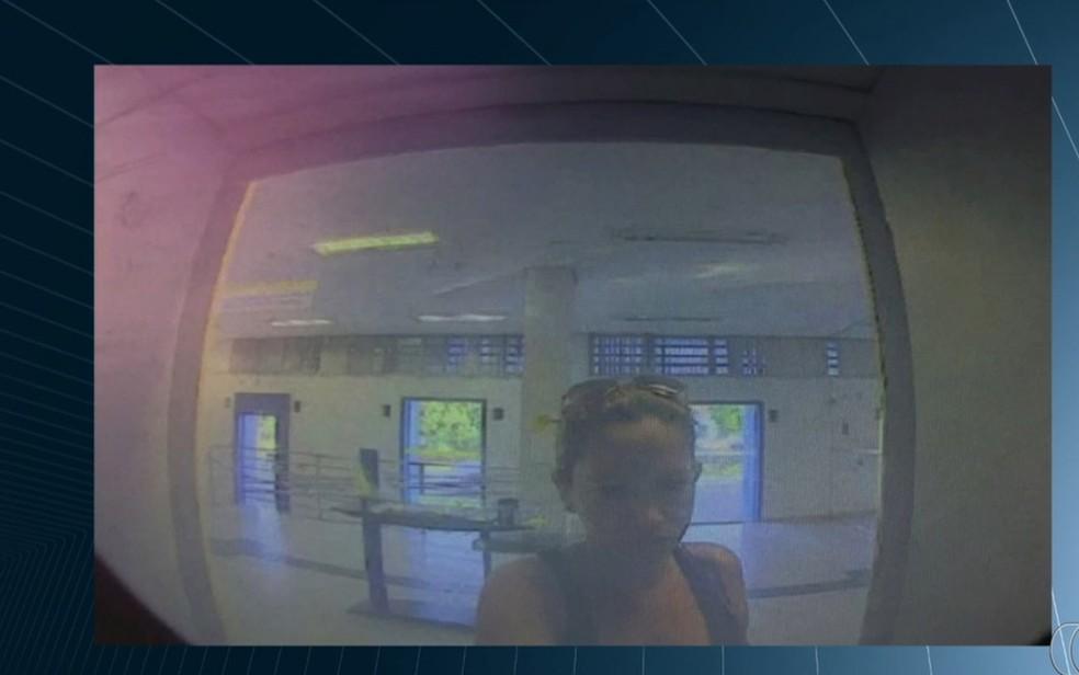 Câmera mostra mulher fazendo saque após roubar cartão de idoso (Foto: Reprodução/TV Anhanguera)