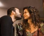 Sandro (Humberto Carrão) e Érica (Nanda Costa) vão se beijar em 'Amor de mãe' | João Miguel Júnior/Divulgação