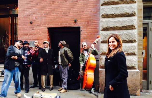 Nos sábados, Renata gosta de assistir às apresentações dos artistas de rua no Soho (Foto: Arquivo pessoal)