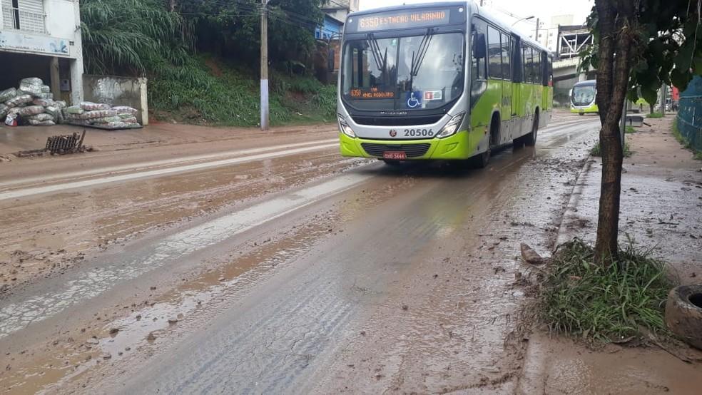 Pista ficou encoberta de lama no entorno da estação Vilarinho — Foto: Elton Lopes/TV Globo