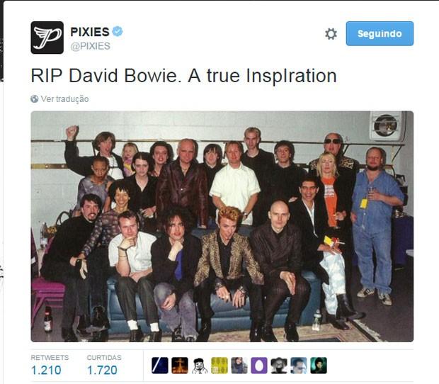 O perfil da banda Pixies no Twitter postou a mesma foto que o Foo Fighters para homenagear David Bowie; na imagem, aparecem ainda integrantes de bandas como The Cure e Sonic Youth (Foto: Reprodução/Twitter/Pixies)