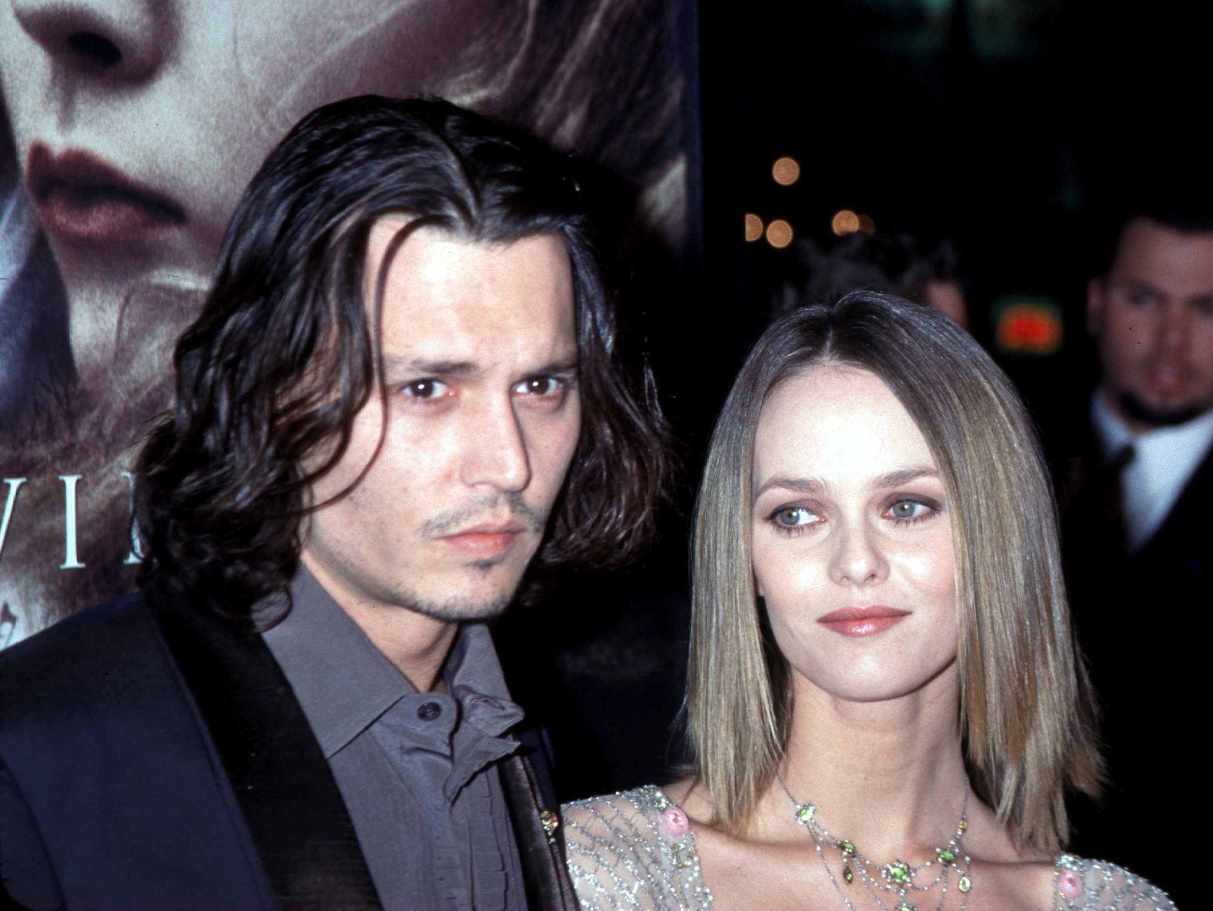 Johnny Depp e Vanessa Paradis em foto de 1999 (Foto: Getty Images)