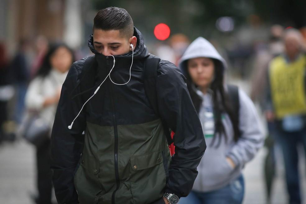 5a1728f2b4b7 Foto Pedestres se protegem do frio na região central da cidade de São Paulo.  — Foto