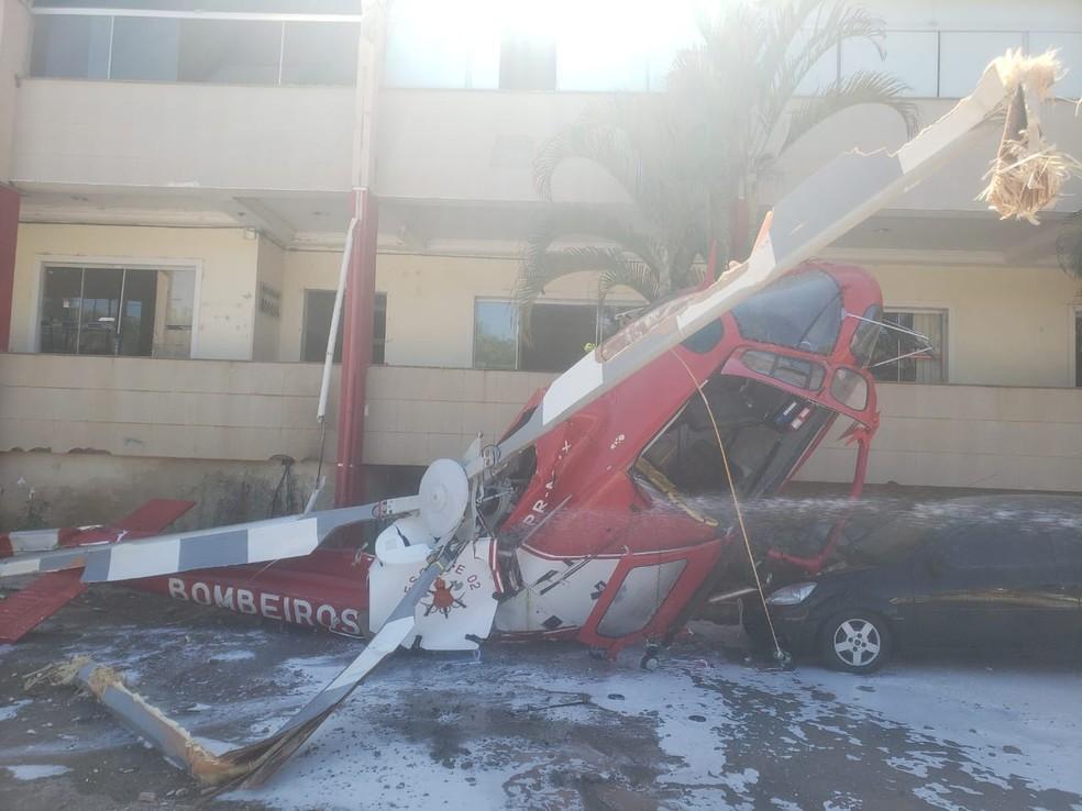 Helicóptero dos bombeiros cai e atinge carro no DF — Foto: Corpo de Bombeiros do DF/Divulgação