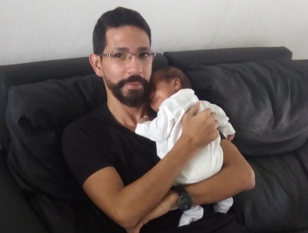 Mesmo com prisão decretada, policial federal suspeito de matar filha de 2 meses no AC segue solto - Notícias - Plantão Diário