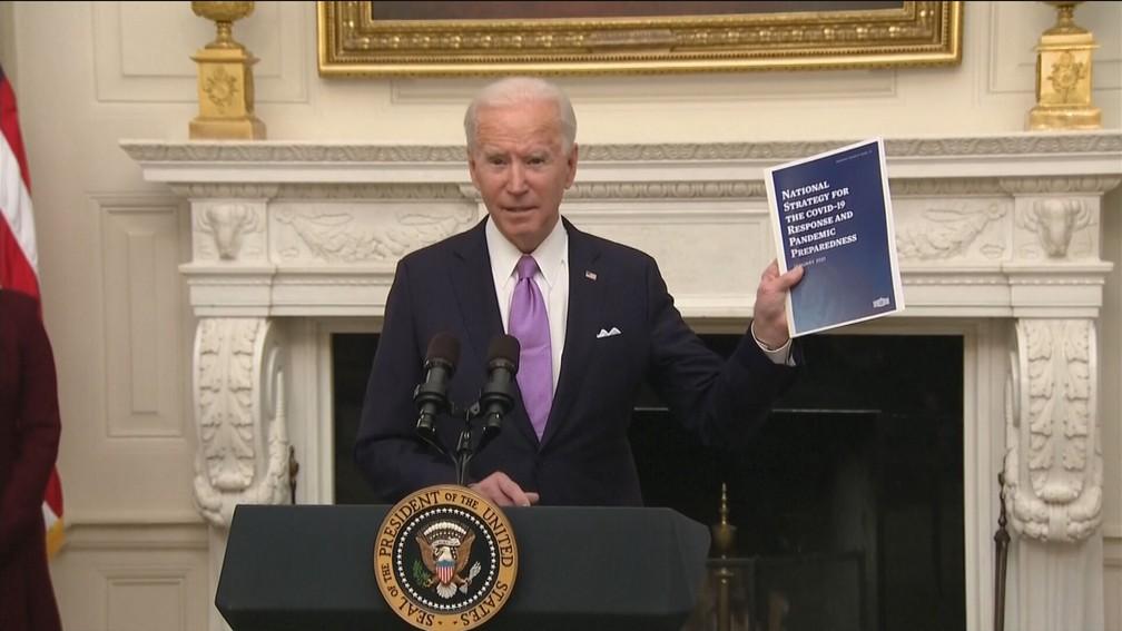 Joe Biden assina decretos com medidas de combate à Covid — Foto: Reprodução/GloboNews