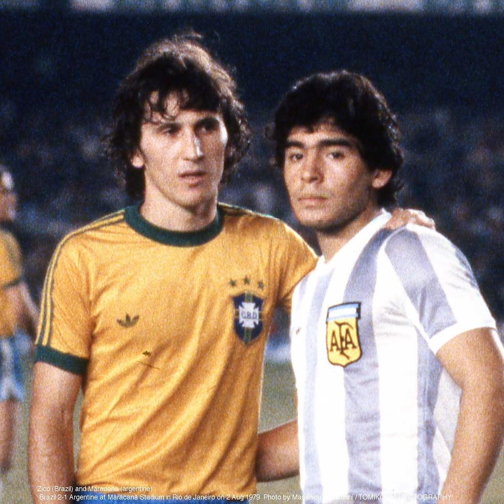 Zico e Maradona, em Brasil x Argentina, em 1979 — Foto: Masahide Tomikoshi / TOMIKOSHI PHOTOGRAPHY / Divulgação