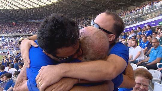 Não é só futebol! Filhos atleticanos vestem a camisa do time rival para homenagear o pai cruzeirense