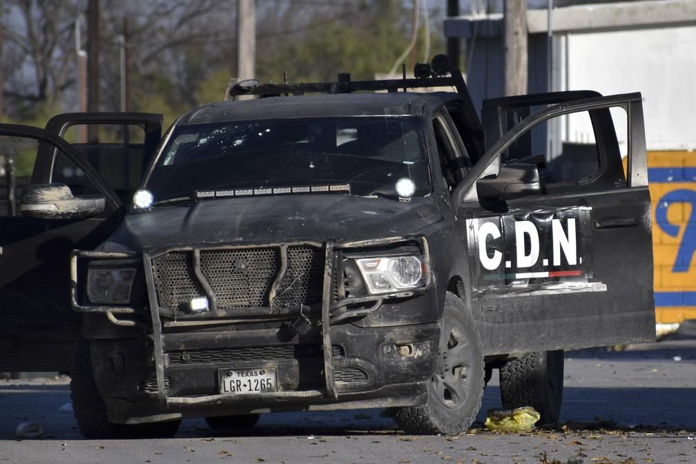 Carro com a sigla do cartel de trocas envolvido no tiroteio no México neste sábado (30) — Foto: Gerardo Sanchez/AP