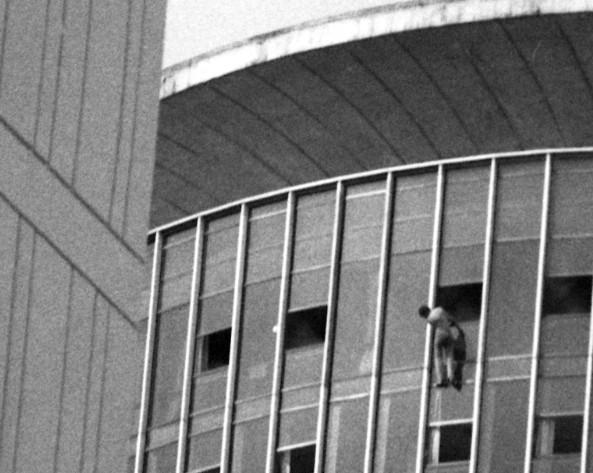 Hóspede se pendura na janela do Hotel Nacional, durante incêndio, em 1981