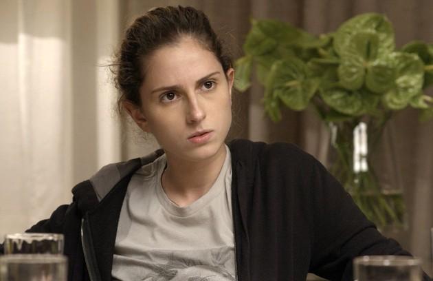 Carol Duarte interpreta Ivana, moça que não gosta do seu corpo e tenta escondê-lo, mas não entende o porquê (Foto: Reprodução)