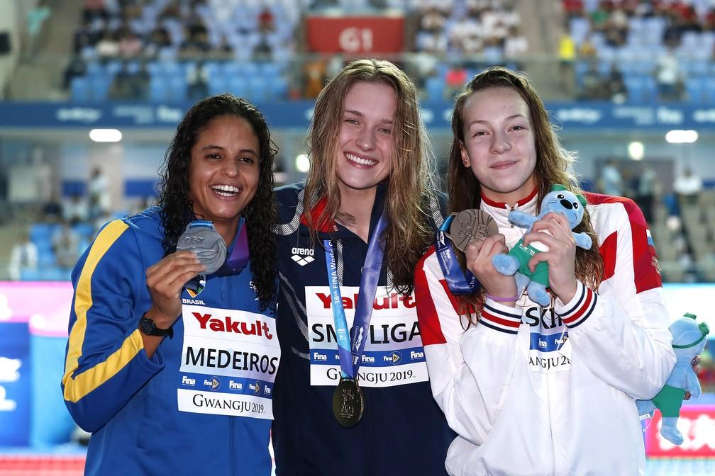 Etiene Medeiros no pódio dos 50m costas do Mundial — Foto: Satiro Sodré/rededoesporte.gov.br