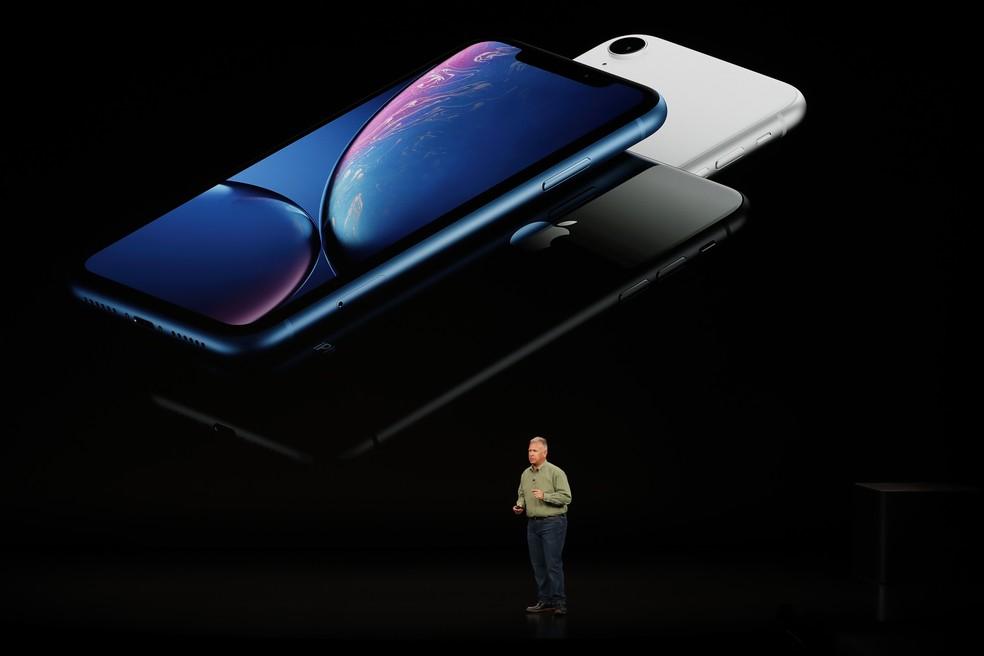 iPhone XR é uma versão baixo custo do novo modelo. Feito de alumínio e tela LCD mais resistente, terá opções de cores branca, azul, preta, amarela e vermelha. — Foto: Stephen Lam/Reuters