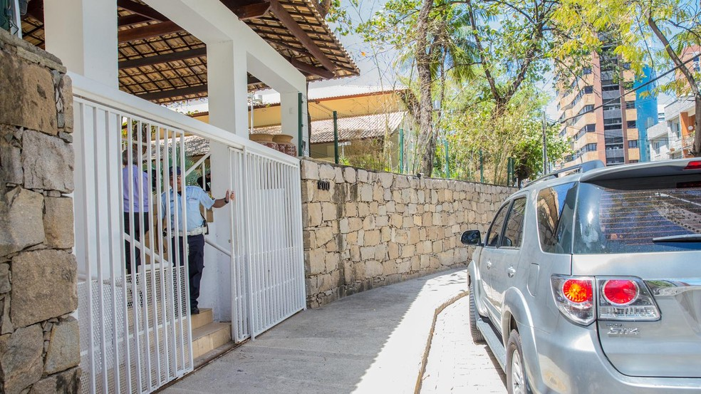 Polícia identificou troca de mensagens no WhatsApp com plano de arremessar bomba caseira na casa oficial do Governo do Ceará — Foto: Nah Jereissati