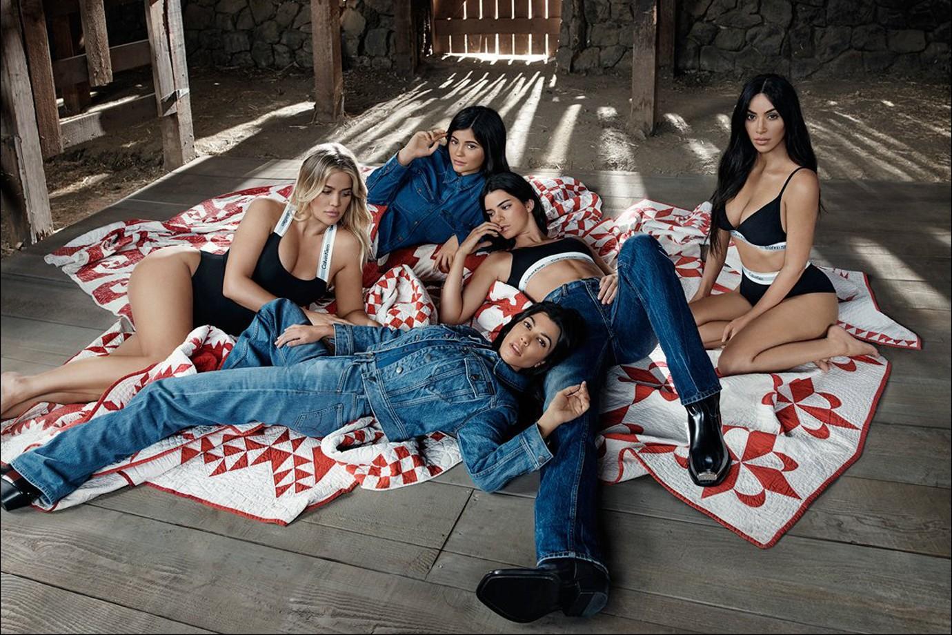 A primeira campanha que uniu todas as irmãs Kardashian com o jeans e o underwear da grife (Foto: Divulgação)